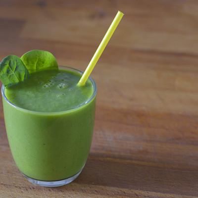 Green Smoothie con calcio y hierro, de espinaca, brócoli y f ...