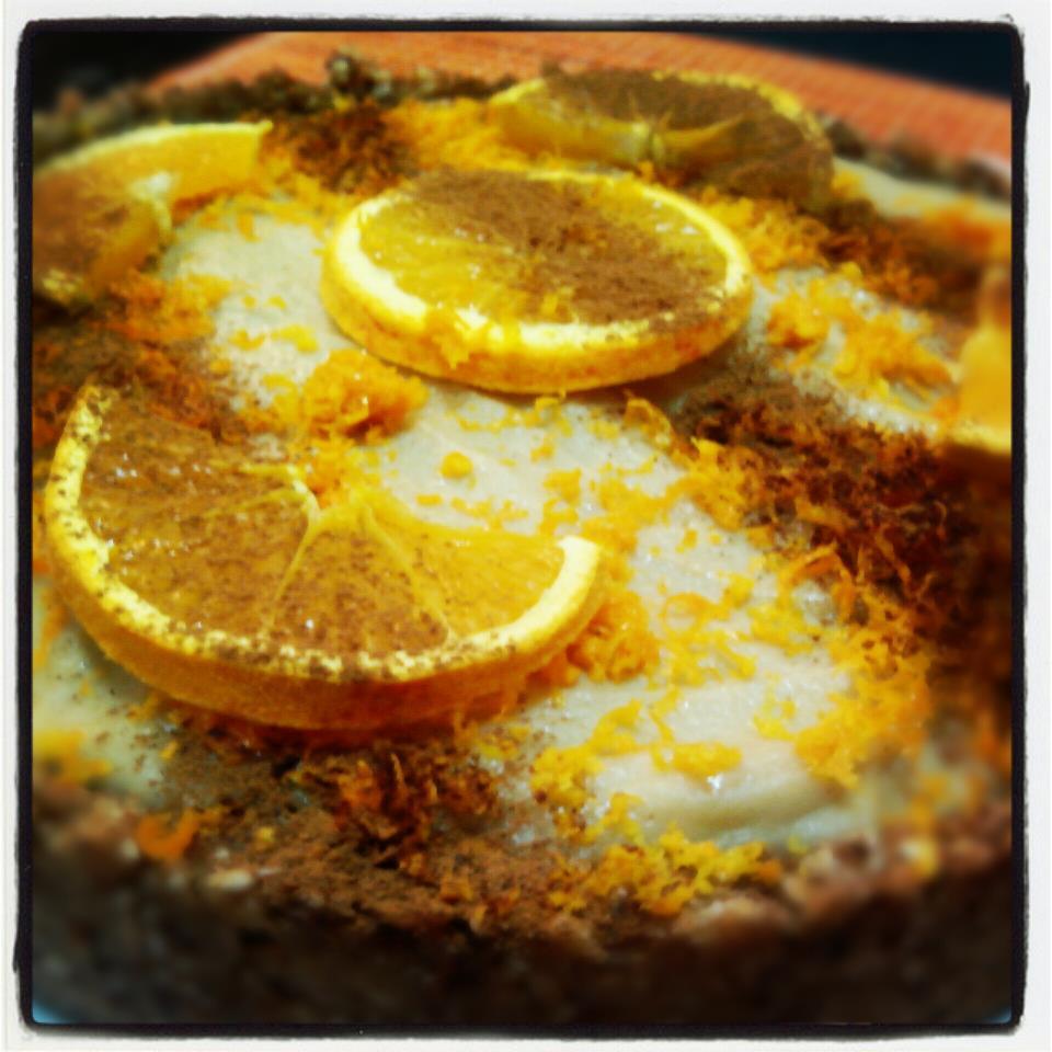 Tarta crudivegana de chocolate blanco y naranja