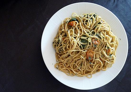 Spaghetti con Tomate Cherry y Espinacas